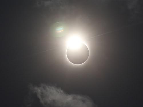 """Pełne zaćmienie słońca 2009 - tzw. """"pierścionek zdiamentem"""", Varanasi, Indie, 22 lipca 2009 roku"""