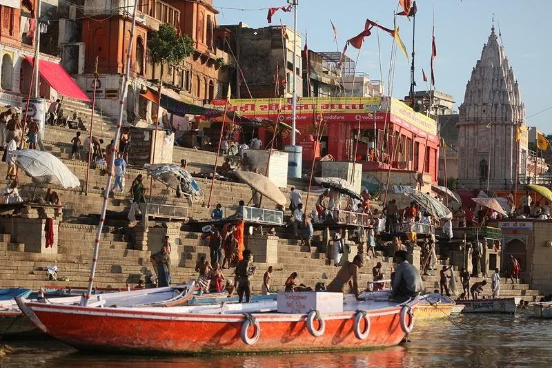 Indie. Ghaty w Waranasi (Varanasi). Ganga. Ganges.