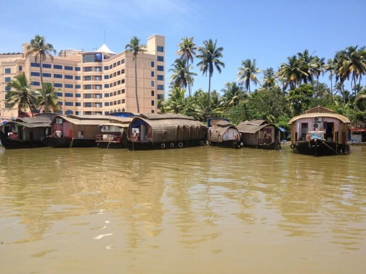 Parking mieszkalnych barek - Rejs poBackwaters - Alleppey (Alappuzha), Kerala, Indie
