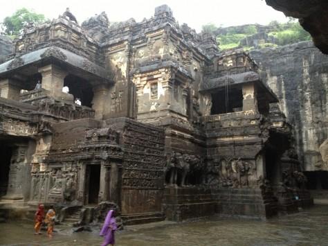 Największa świątynia wEllorze, wykuta odgóry zjednego bloku kamienia bezżadnych złończeń