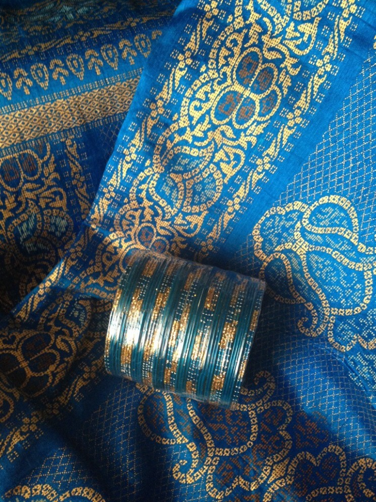 Co przywieźć zIndii?  Kobaltowe sari ibangle