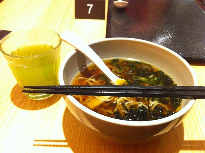 Japońskie potrawy, którychtrzeba spróbować: makaron soba serwowany naciepło wbulionie