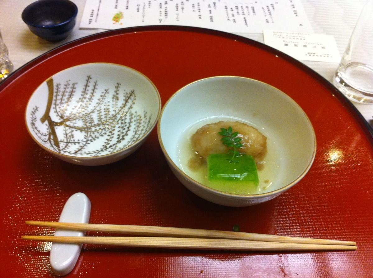 Japoński tradycyjny posiłek wstylu kaiseki: japońska pyza wbulionie