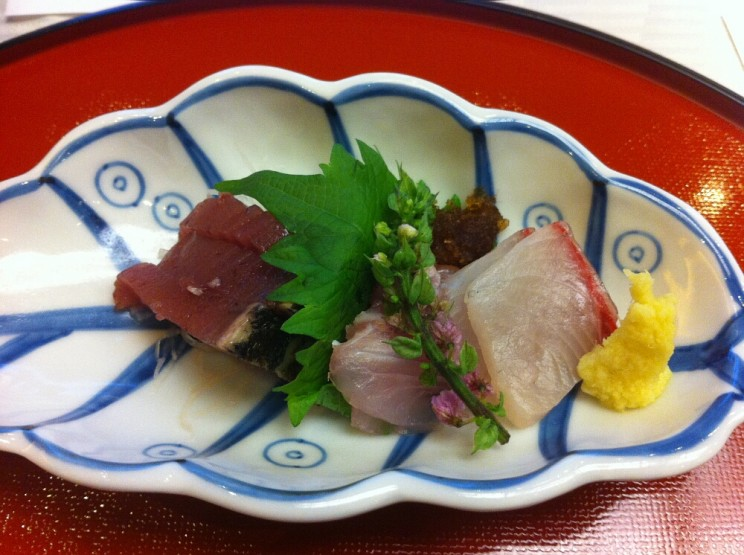 Co tojest kaiseki: sashimi zsezonowej ryby: tuńczyk (akami) iJapanese amberjack (yelowtail fish) przystrojone kwiatostanem pachnotki zwyczajnej (shiso)