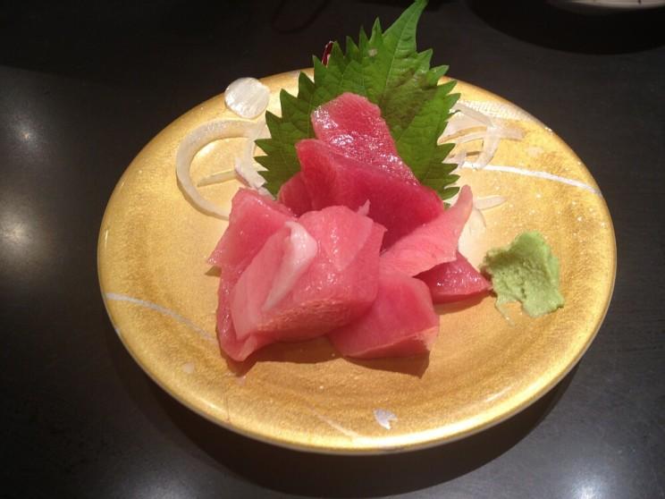Zestaw mięsa zróżnych części tuńczyka (akami, chūtoro iōtoro) zlistkami shiso (pachnotki zwyczajnej)