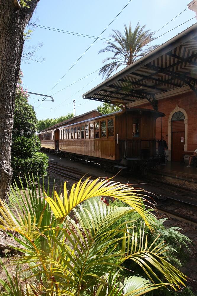 Dworzec wPalma de Mallorka, skąd wyrusza drewniany pociąg Ferrocarril de Sóller doSóller