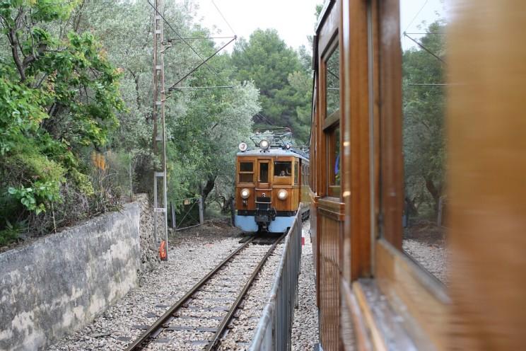 Dwa mijające się pociągi Ferrocarril de Sóller (jeżdżące natrasie Palma de Mallorca - Sóller)