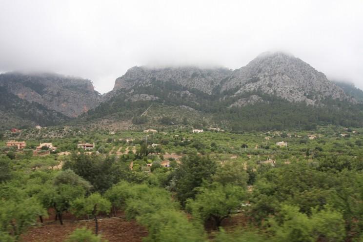 Dolina Vall de Sóller słynąca znajsłodszych pomarańczy wHiszpanii (Majorka)