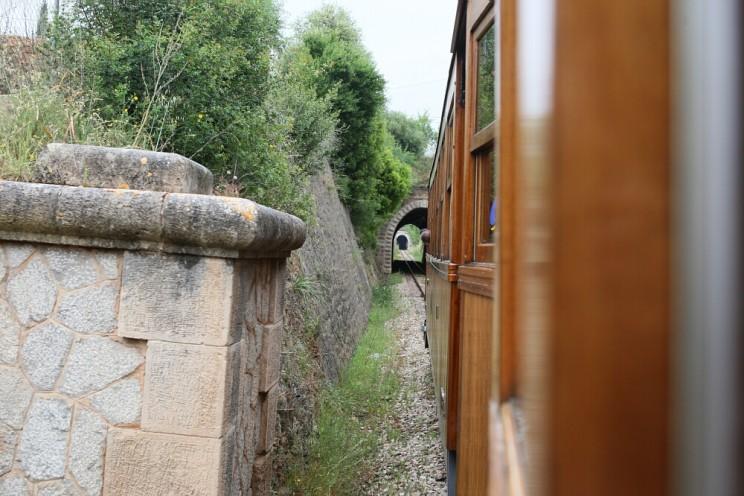 Pociąg Ferrocarril de Sóller przejeżdża przezliczne tunele