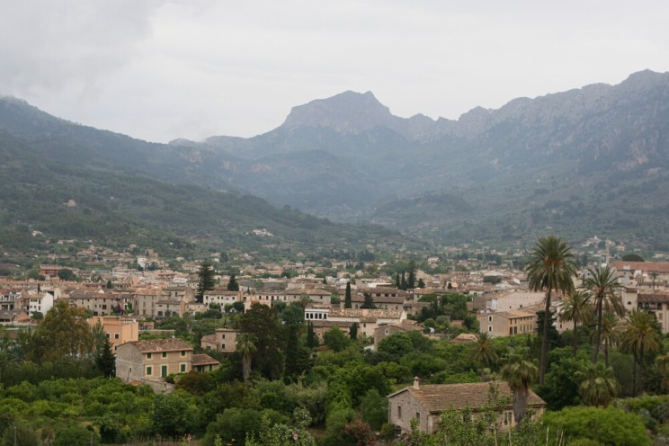 Piękne miasto Sóller leżące wdolinie Vall de Sóller (Majorka)
