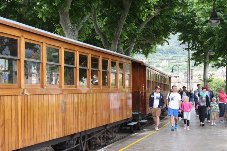 Drewniany tramwaj jeżdżący pomieście Sóller, przezdolinę Vall de Sóller aż doPort de Sóller