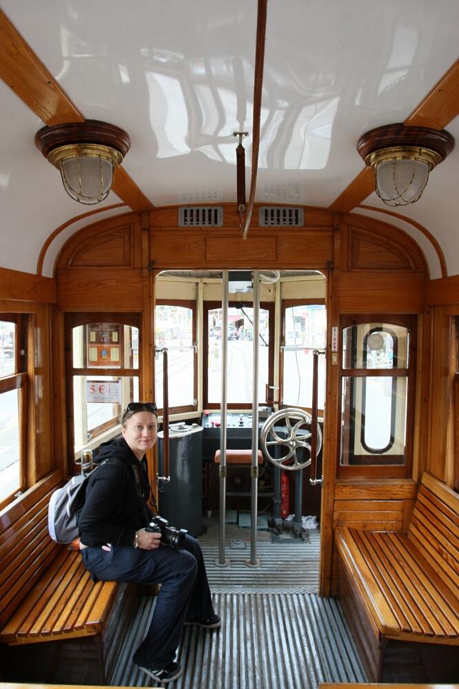Wnętrze drewnianego tramwaju Tranvía de Sóller