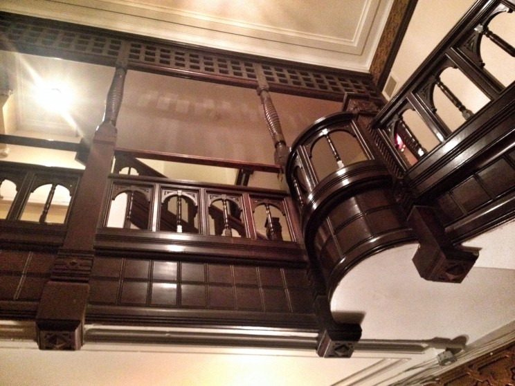 Klimatyczna klatka schodowa hostelu Auberge Bishop, wktórymnocowaliśmy (Rue Bishop, Montreal, Kanada)