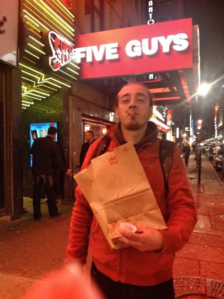 Nocne żarcie wburgerowni Super Five Guys - oczywiście podawali tam french fries, awzasadzie frites (porcje mieli zacne)