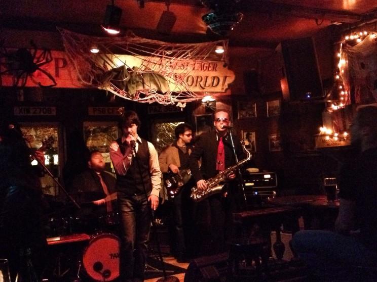 Halloweenowy koncert wirlandzkim pubie przy Rue Bishop, Montreal, Kanada