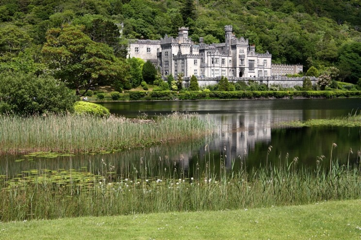 Opactwo Kylemore (Kylemore Abbey) nad jeziorem Pollacapall Lough
