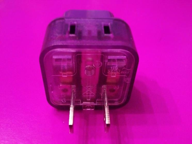 co spakować doJaponii: adapter dopasujący wtyczkę dogniazdka wJaponii