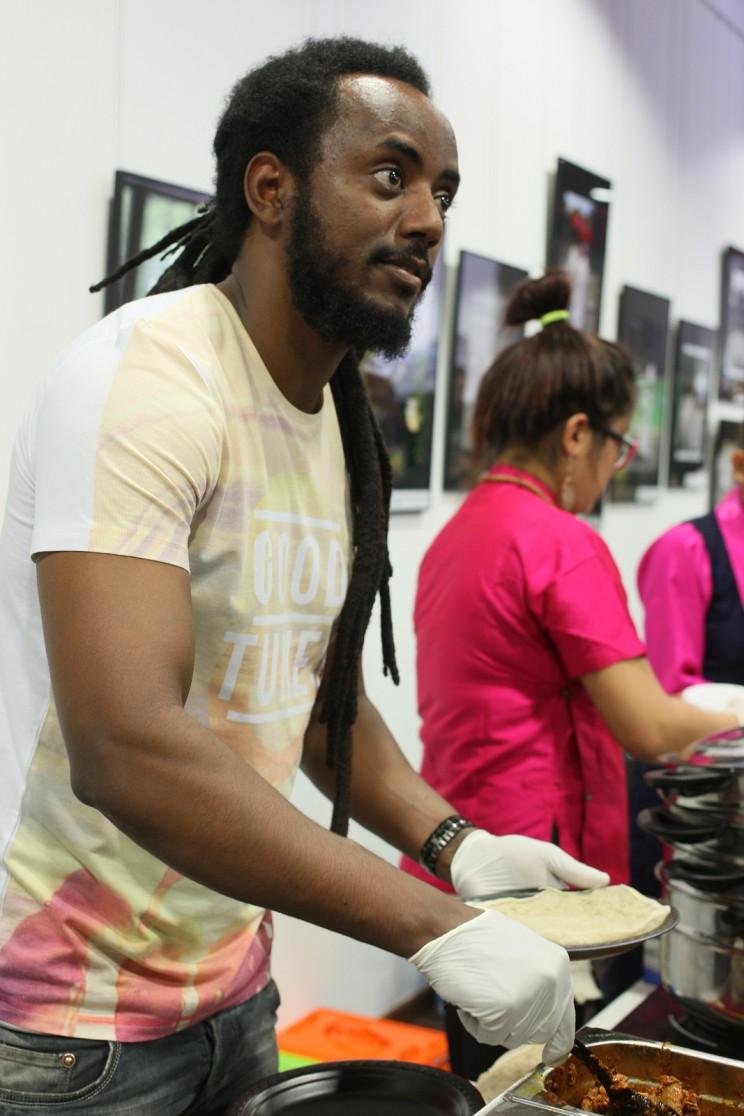 Szef kuchni zrestauracji Abyssinia, któryową indżerę przygotował iserwował