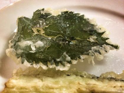 japońskie dania iich rodzaje: liść aojiso wtempurze
