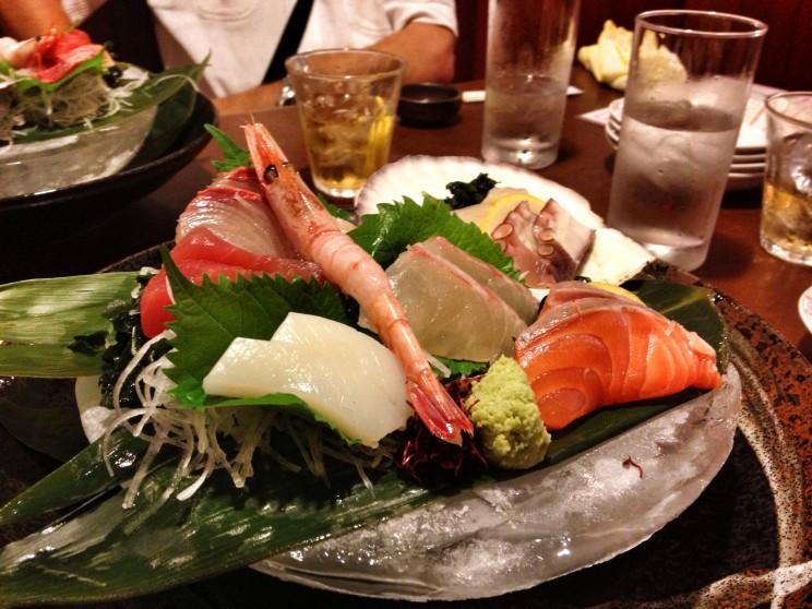 Sashimi zryb ikrewetek naliściach shiso (pachnotki zwyczajnej)
