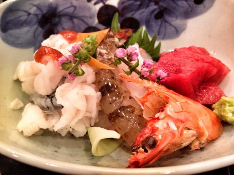 Sashimi zlistkami ikwiatami shiso (pachnotki zwyczajnej)