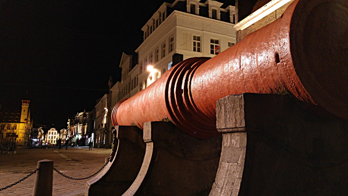 """Dulle Griet - działo """"Szalona Małgośka"""" zwieńczająca plac Vrijdagmarkt, tuż nadbrzegiem Lys."""