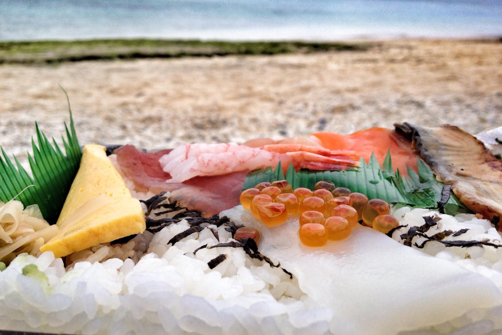 Sushi naTurtle Beach (Żółwiej Plaży), Churaumi, Okinawa, Japonia