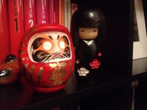 Czarna kokeshi zTokio (wtowarzystwie figurki daruma)
