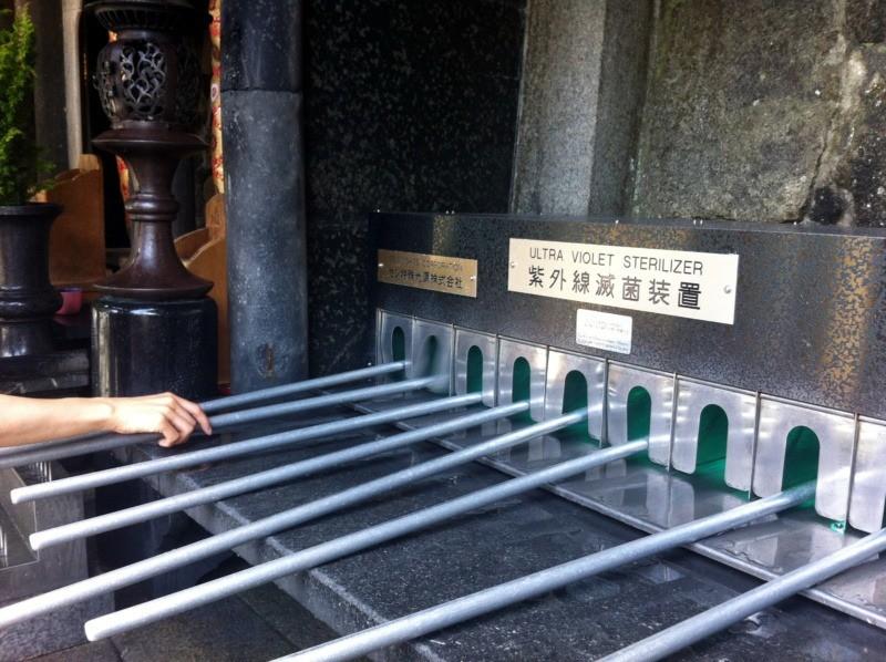 Łyżki dopicia wody wświątyni Kiyomizu-dera sterylizowane wultrafiolecie poużyciu - tradycja vs. nowoczesność