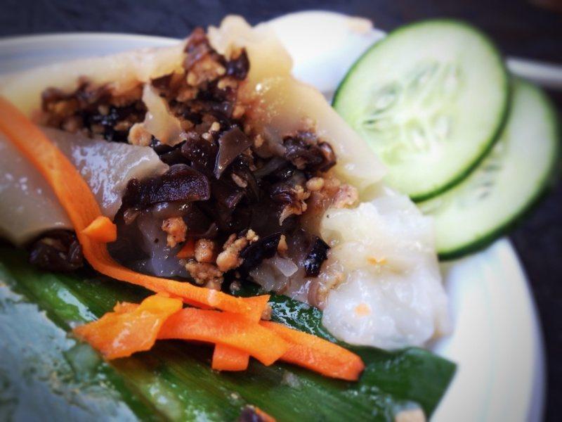 Kuchnia wietnamska - potrawy: Banh gio / Bánh giò - wietnamska pyza zmięsem wieprzowym igrzybami mun zawijana wliść palmowy