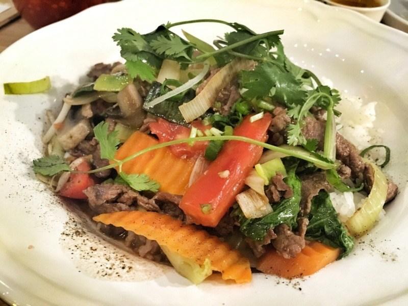 Viet Food Street Bistro: nộm hoa chuối z wołowiną