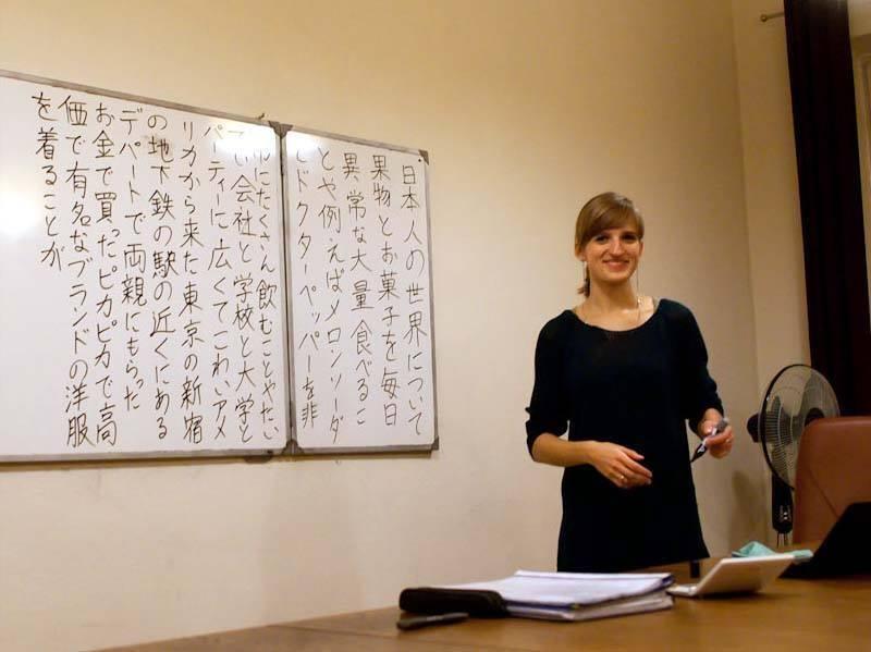 Ewa Mitsuko Strebeyko podczas zajęć zjęzyka japońskiego