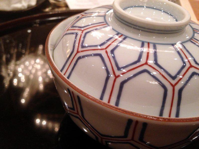 Ceramiczna miseczka zprzykrywką doserwowania potraw wramach dania futamono wramach kaiseki