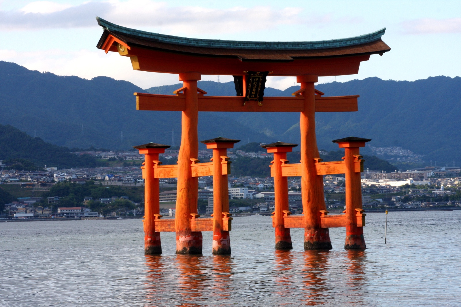 Pływająca brama torii (floating torii gate), światynia Itsukushima-jinja (Miyajima), pref. Hiroshima / Hiroshima