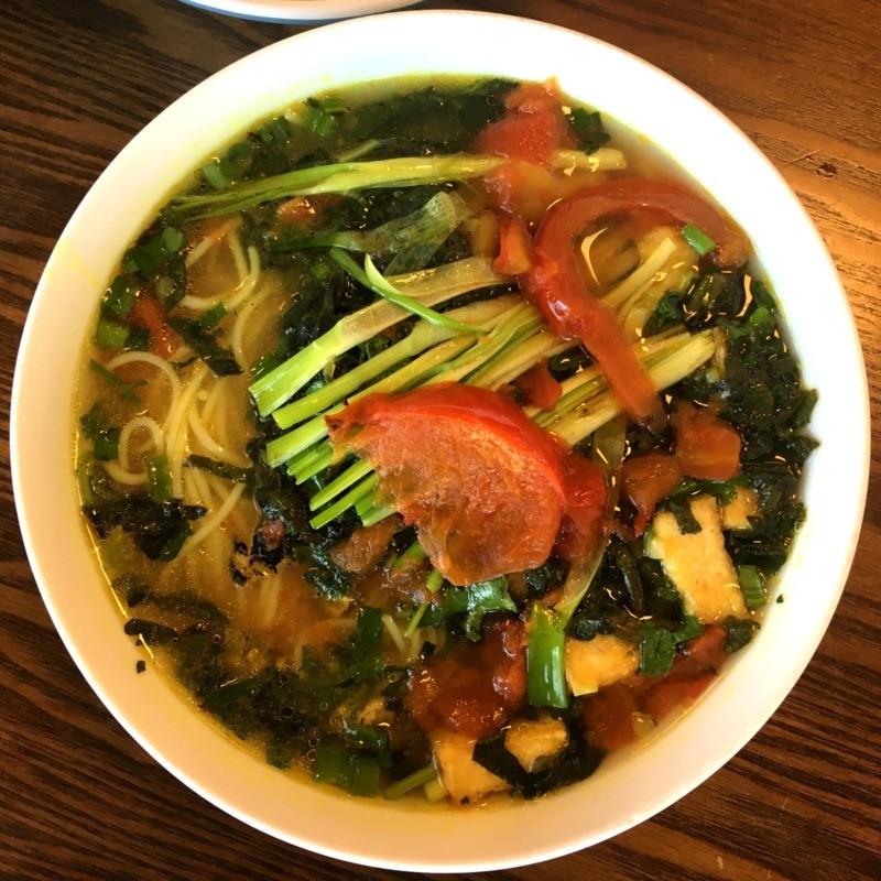 Kuchnia wietnamska - potrawy: Bun oc / Bún ốc - zupa ślimakowa