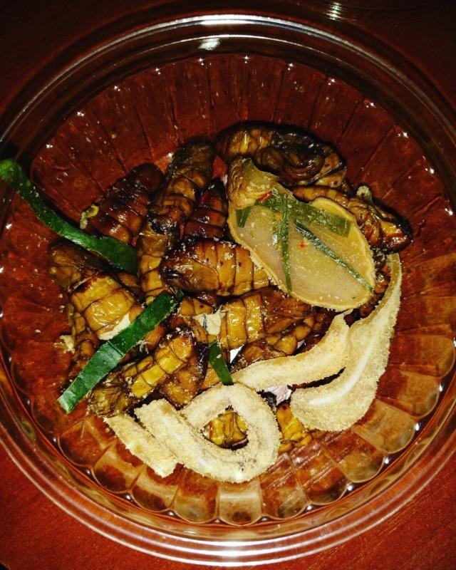 Kuchnia wietnamska - potrawy, którychtrzeba spróbować: Nhộng rang lá chanh - larwy jedwabnika / nem tai trộn thính - panierowane świńskie uszy zliśćmi limonki