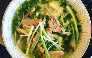 Kuchnia wietnamska - potrawy: Bun mang ngan / Bún măng ngan - zupa z bambusem i kaczką