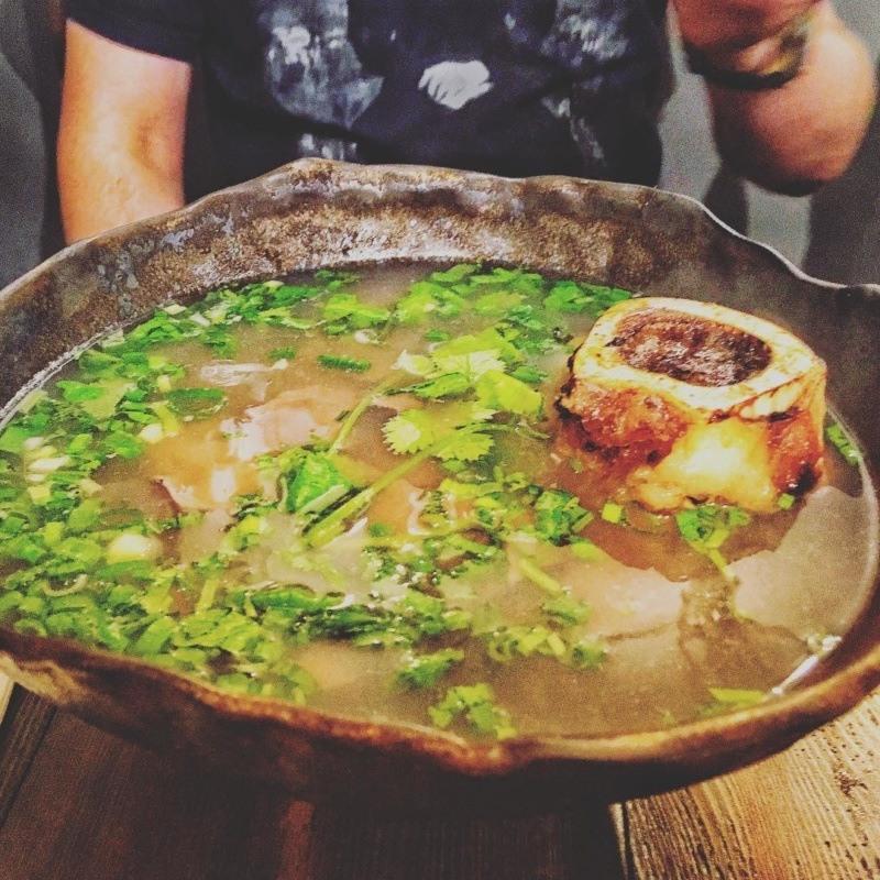 Vietnamka: Phở bò tái - zupa pho zparzoną wołowiną kością zeszpikiem - najlepsze pho wWarszawie