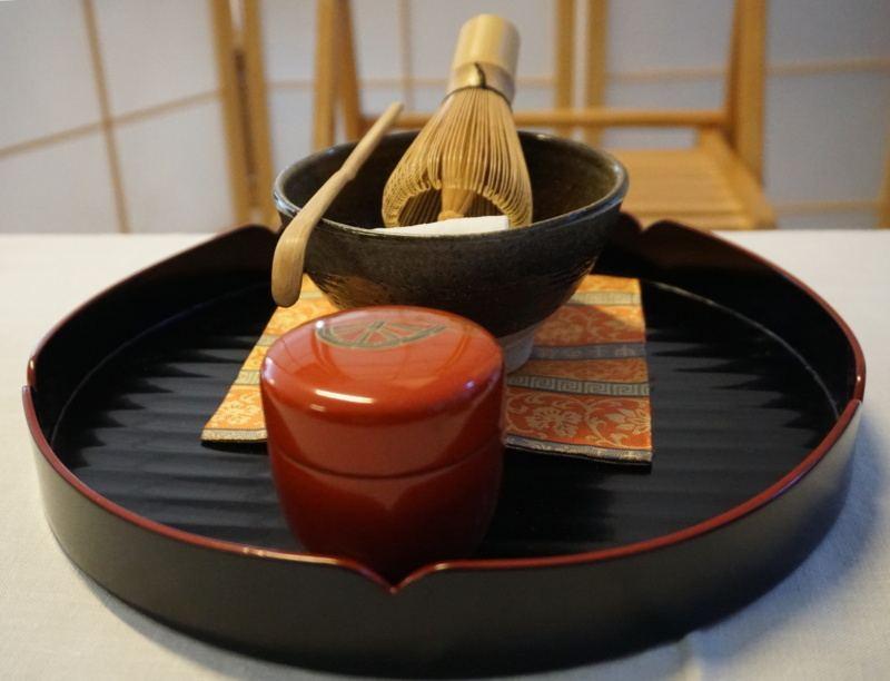 Komplet herbacianych utensyliów: czarka chawan, łyżeczka chashaku, pędzel chasen, pojemnik naherbatę natsume
