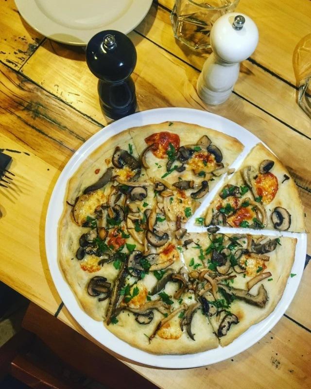 Australijska pizza wCucciolina, pizza waustralijskim stylu, Warszawa
