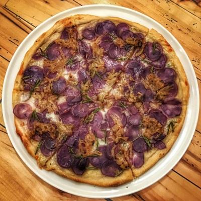 Fioletowe jedzenie: fioletowa pizza ze słodkimi ziemniakami (Cucciolina - pizza australijska)