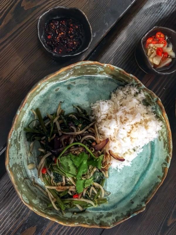 Restauracja wietnamska Vietnamka: Rau muống xào / rau muong xao - smażony szpinak wodny (morning glory)