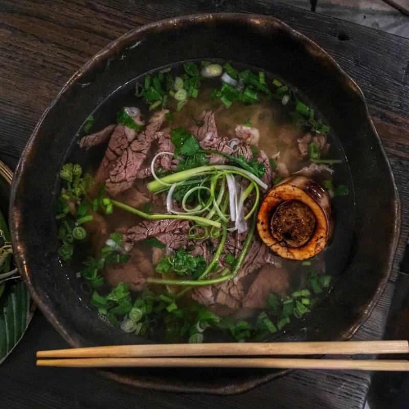 Restauracja wietnamska Vietnamka: Phở bò tái chín - zupa pho z długo gotowaną wołowiną (i kością ze szpikiem)