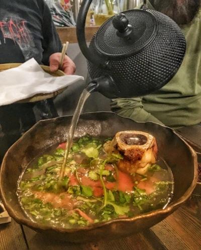 Restauracja wietnamska Vietnamka: Phở bò tái - zupa pho zparzoną wołowiną ikością zeszpikiem - najlepsze pho wWarszawie