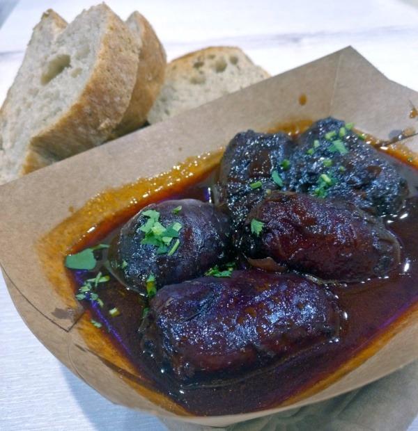 Hala Gwardii - co zjeść? Tapas Fiesta iSiesta: Pikantne wędzone chorizo duszone wczerwonym winie