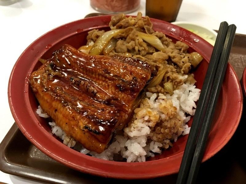 Japońskie potrawy, którychtrzeba spróbować: unagi zdodatkiem wołowiny naryżu (tzw. gyudon)