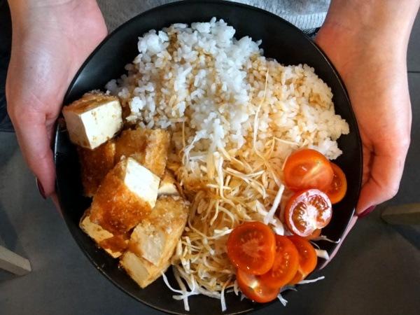 Kuchnia wegańska wWarszawie: smażone tofu wPeko Peko