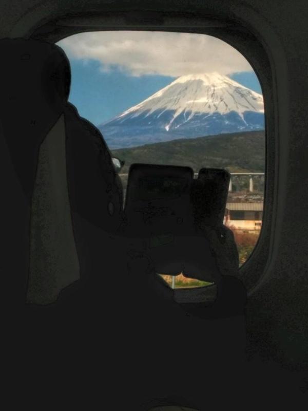 Góra Fuji widziana przezokno pociągu Shinkansen