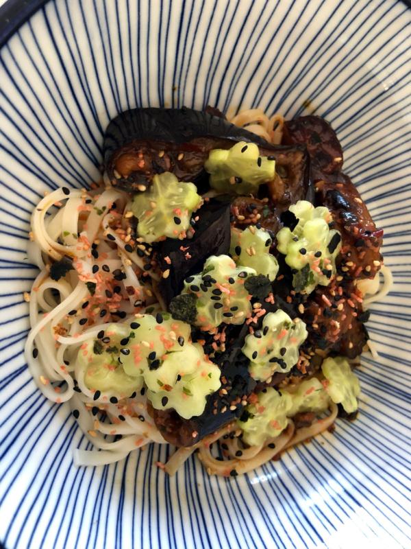 Sałatka wakame izogórkiem wyciętym wkształt kwiatów sakury