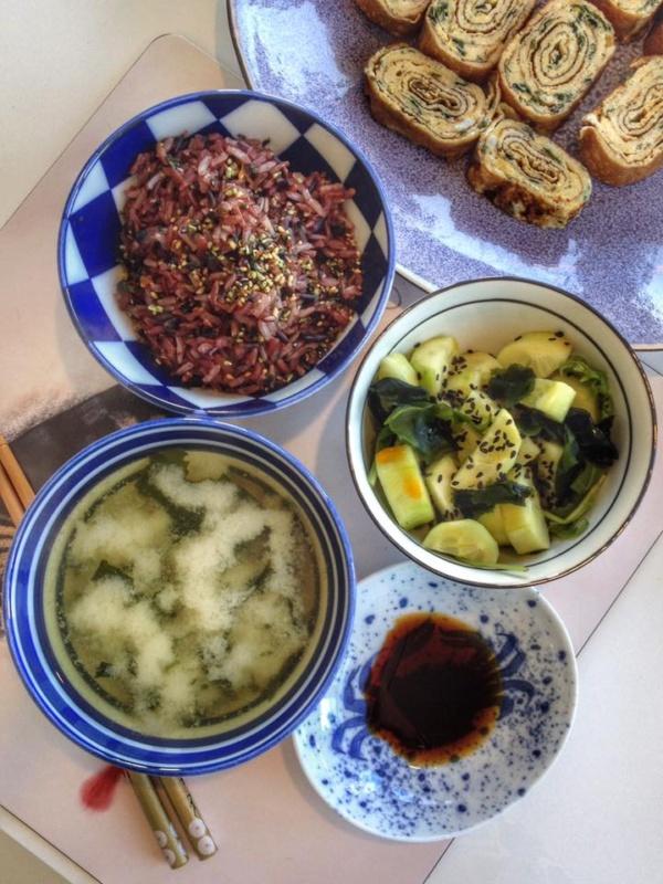 Kuchnia japońska: siekane tamagoyaki + miso shiru + suimono
